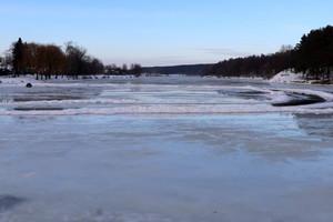 На дамбі річки Стрижень в Чернігові почалося скидання води