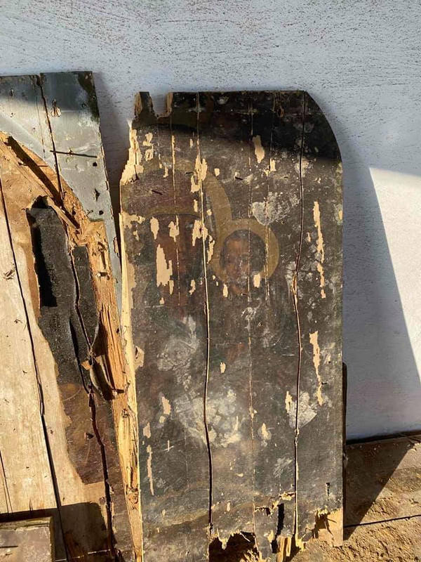 Під Черніговом виявили стародавні ікони в руїнах старої лікарні: їм близько 150 років