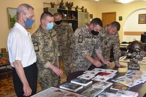Чернігів: військові отримали книжкову продукцію від Інституту національної пам'яті