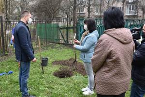 На подвір'ї міської бібліотеки Коцюбинського посадили грушу на честь Лесі Українки