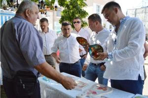 На День міста в Корюківці гості зі Сновська вчили щепити дерева й частували смачними пирогами